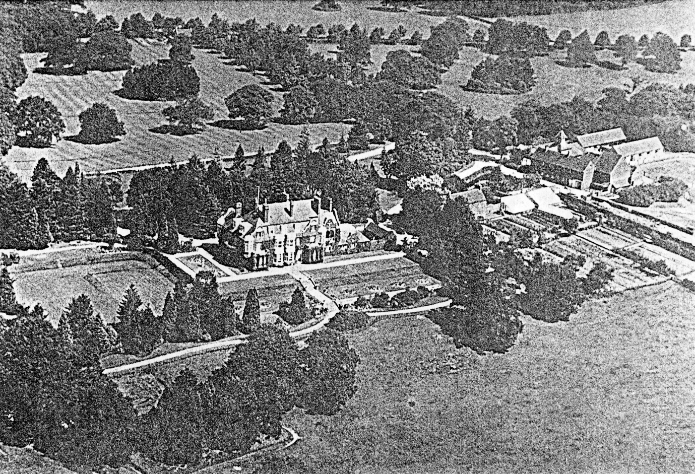 C:\Users\Frank\Pictures\z011 Dunsfold Airfield and crashes and incidents thereon\Pallinghurst House\Photos of House\Pallinghurst 1930 - Copy.png