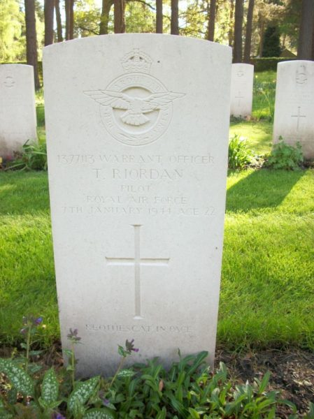 C:\Users\Frank\Pictures\z011 Dunsfold Airfield and crashes and incidents thereon\Pallinghurst House\Mitchell FL682, 98 Sqdn. Nr Stables\WO Terence Riordan grave stone Brookwood.jpg